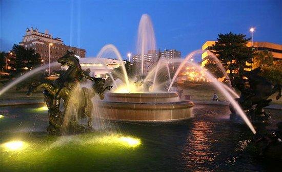KC Fountains : Nichols Fountain at night