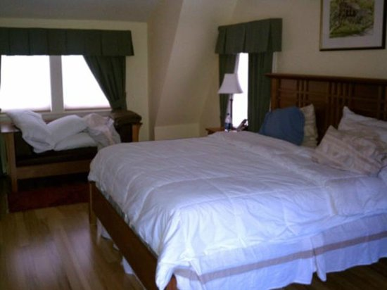 The Shawnee Inn and Golf Resort:                   The king size bed