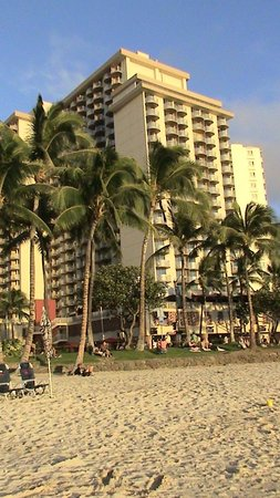 Aston Waikiki Beach Hotel: view of hotel from beach