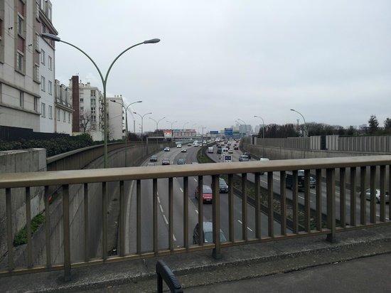 Adagio Access Paris Porte de Charenton : Strada sotto l' hotel