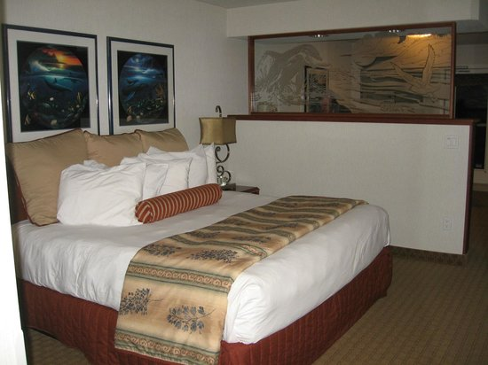 Shilo Inn Suites - Ocean Shores: King Bed