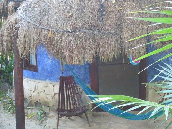 Dos Ceibas Eco Retreat :                   Dit is 1 van de hutten, ze hebben allemaal zeer vrolijke kleuren en eigen hang