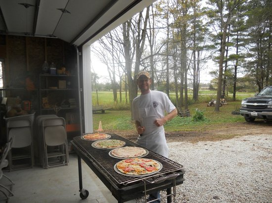 Denoon Saloon Restaurant & Bar: Gilling pizza at Godsell Farm