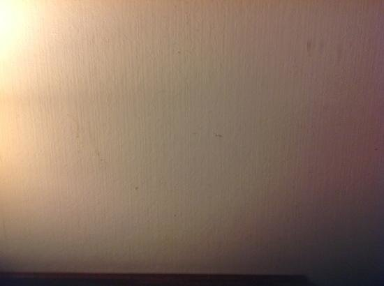 Kings Perth Hotel: marks on wall, not cleaned when i arrived