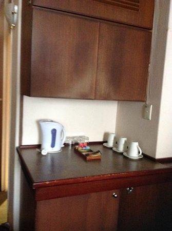 Kings Perth Hotel: basic tea coffee facilities