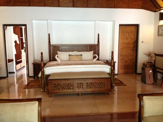 Carnoustie Ayurveda & Wellness Resort: Huge bed