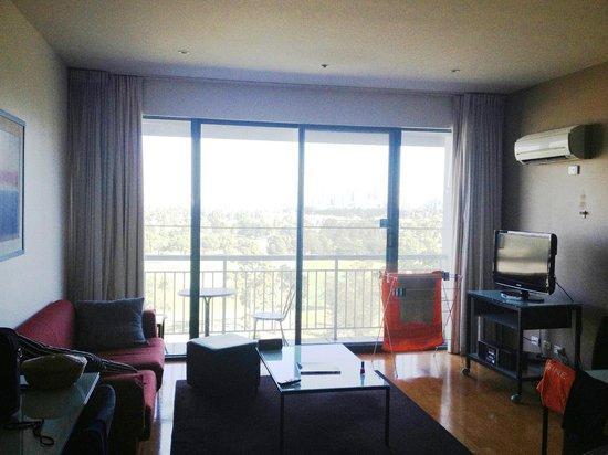Adina Apartment Hotel St Kilda: Lounge/dining area