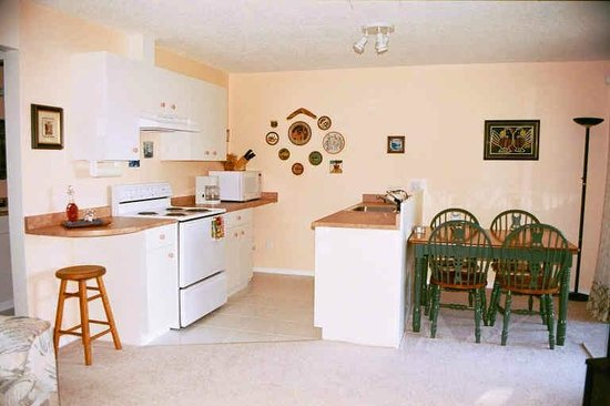 Cape Cod Bed & Breakfast: Kitchen and dining area
