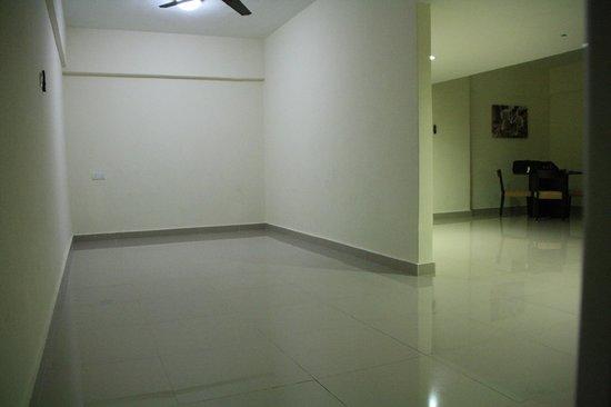 Fahrenheit Suites: Empty room