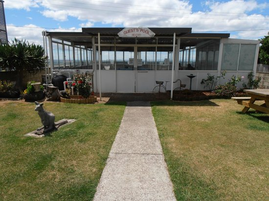 Burnie Ocean View Motel and Holiday Caravan Park:                   View of Swimming Pool entrance via Garden
