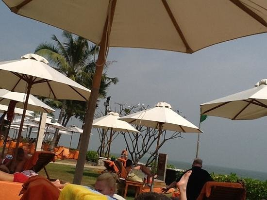 Sheraton Hua Hin Resort & Spa: basking by the beach bar