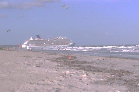Royal Mansions Resort:                   Cruise ship setting sail