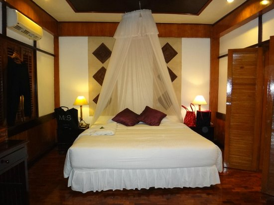 Fridays Boracay Resort: main bed