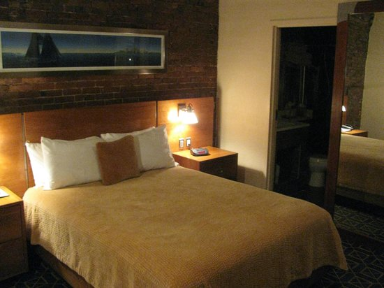 Harborside Inn: Comfy bed; lots of pillows
