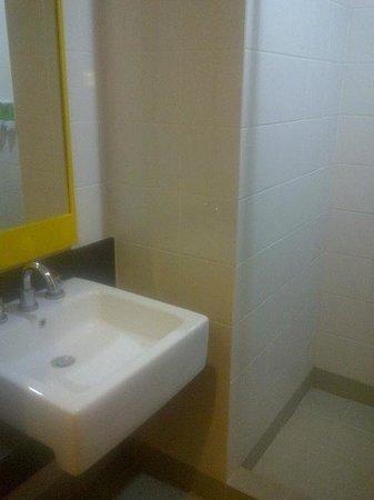 Amaris Hotel Mangga Dua Square:                   Washbasin