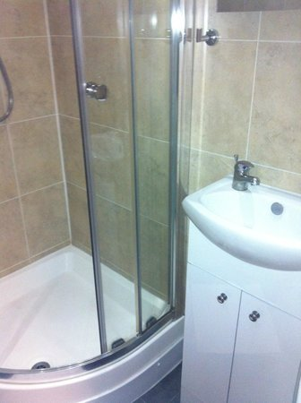 Cherry Court Hotel:                   Ensuite Bathroom