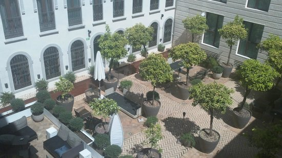 Hotel Palacio de Villapanes: Sunny courtyard