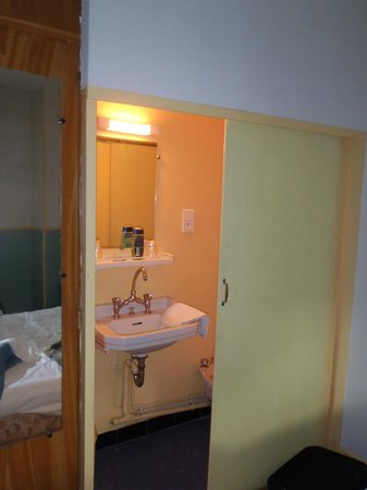 Hotel Millau L'Etape : Room with sink & bidet
