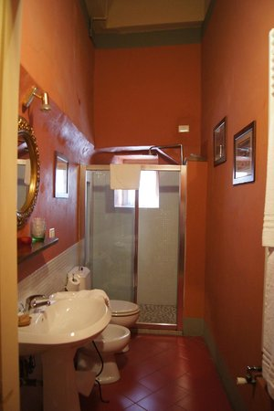 Bed & Breakfast La Romea:                   Red room bathroom
