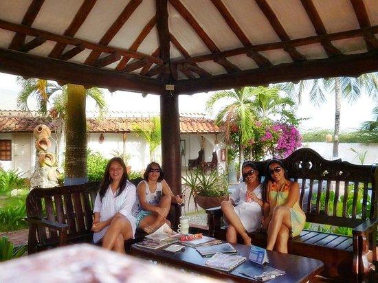 Hotel Coco Paraiso:                   As garotas na area de leitura                 