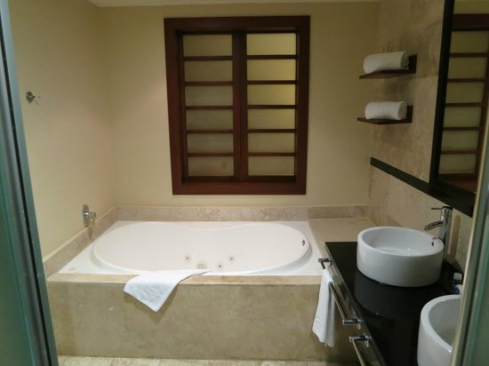 Grand Riviera Princess All Suites Resort & Spa: Deluxe Swim-Up Suite - Jacuzzi tub