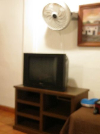Cabo Cush Hotel: TV and Fan (they have air-cond too)