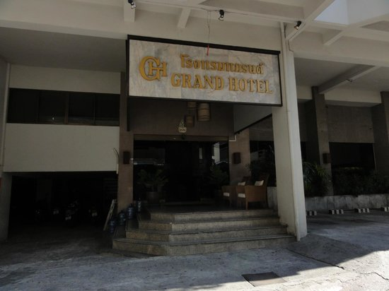 Grand Hotel Pattaya: ホテル玄関前(昼間)