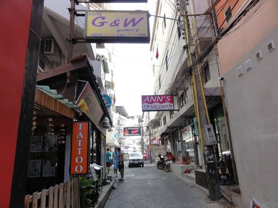 Grand Hotel Pattaya: ホテル前の道