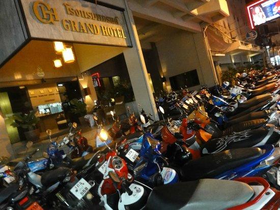 Grand Hotel Pattaya: ホテル玄関前(夜間)