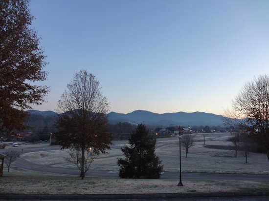 Highland Manor Inn & Conference Center: View from our room of the morning frost