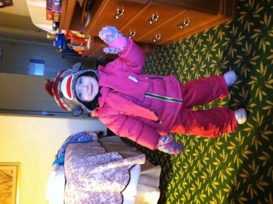 Hampton Inn Minneapolis/St. Paul-Woodbury : Getting ready to go sledding just outside our room