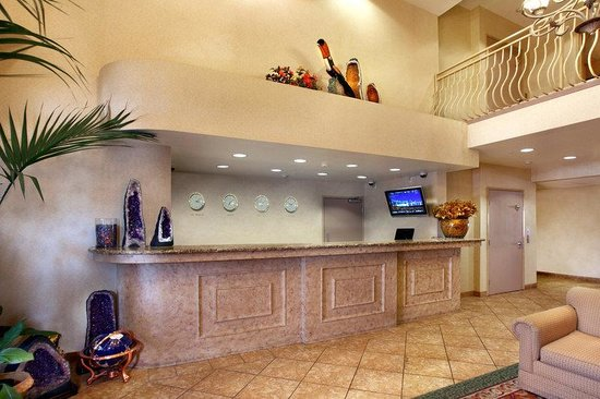 Prominence Hotel & Suites: Lobby and Front Desk