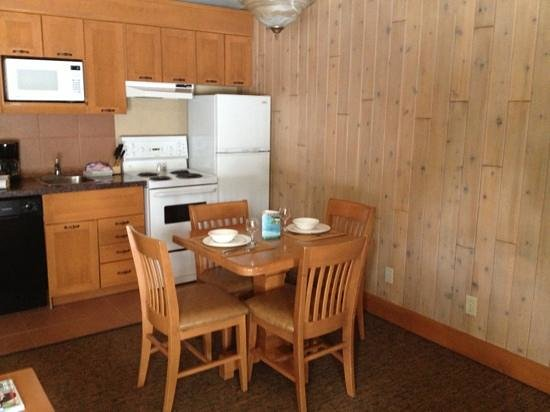 Hidden Ridge Resort: kitchen area
