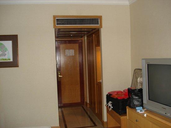 Melia Kuala Lumpur: Looking towards the door.