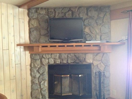 Hidden Ridge Resort: fireplace & TV with free DVDs from front desk