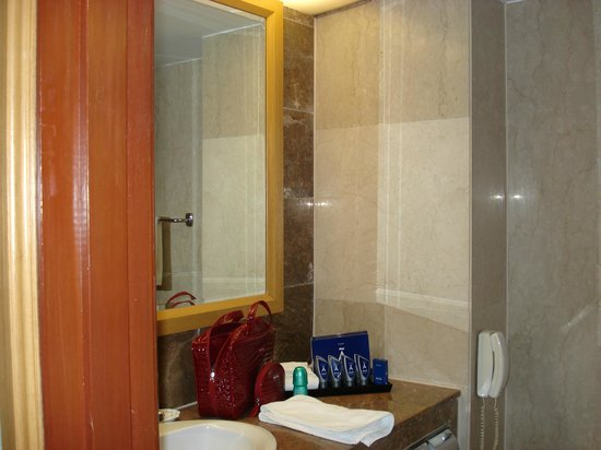 Melia Kuala Lumpur: The bathroom.