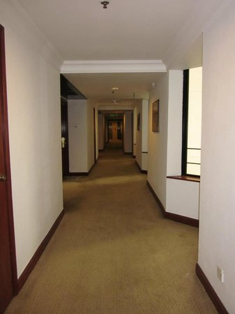 Melia Kuala Lumpur: Hallway looking towards the lifts.