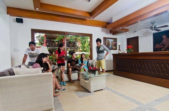Giulius Boracay Italian Resort: lobby and reception area