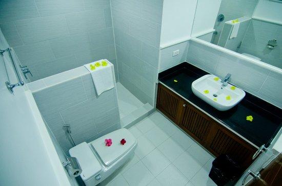 Giulius Boracay Italian Resort: showewr room