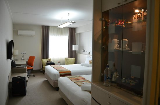 Jet Park Hotel & Conference Centre: Room showing mini bar