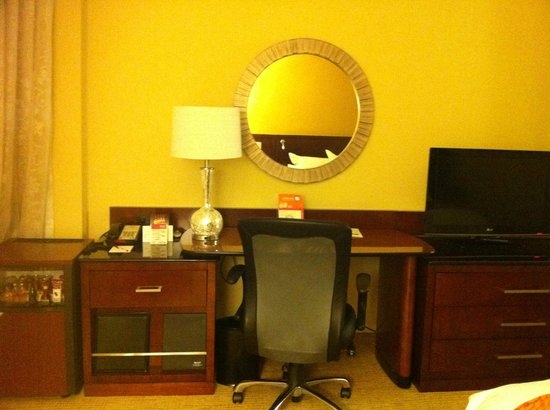 Montreal Marriott Chateau Champlain: Desk and TV area in front of bed