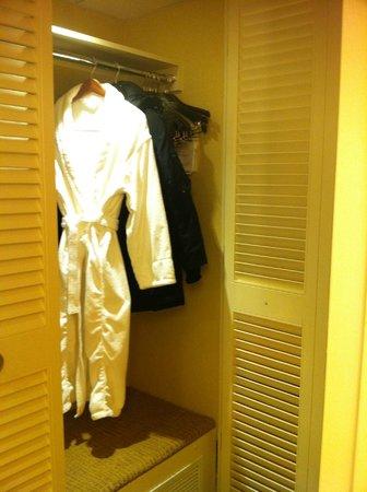 โรงแรมมาริออท ชาโตว์ แชมเพลน: Closet/dressing room area