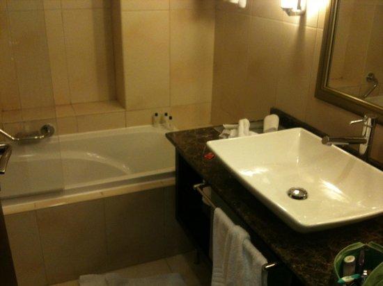 Marriott Executive Apartments Manama, Bahrain:                   bathroom