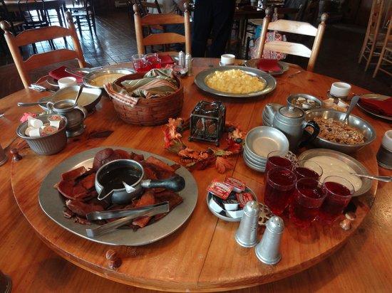 Hemlock Inn: Family style meals