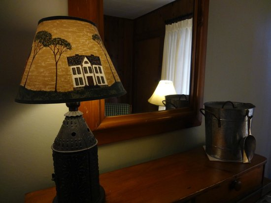 Hemlock Inn: Quaint details in our room