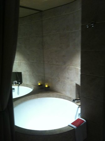 Palais de Chine Hotel: Bath-tub available