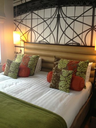 Hotel Indigo London-Paddington: King size bed with wall mural