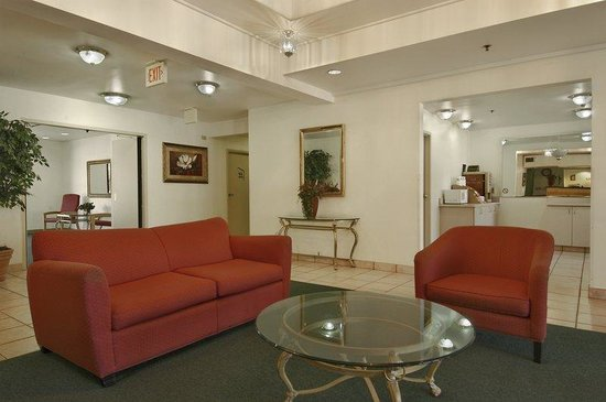 Red Roof Inn Macon : Lobby Sitting Area