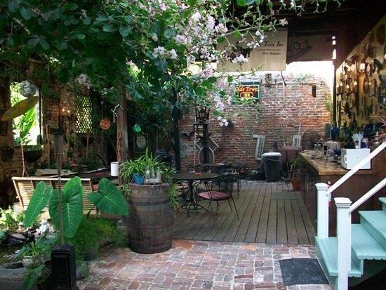 Olde Town Inn: Covered Patio / Breakfast Bar