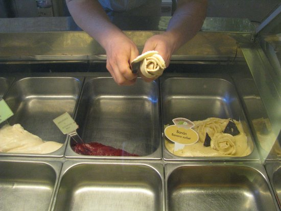 Gelarto Rosa: the owner is preparing the ice-cream